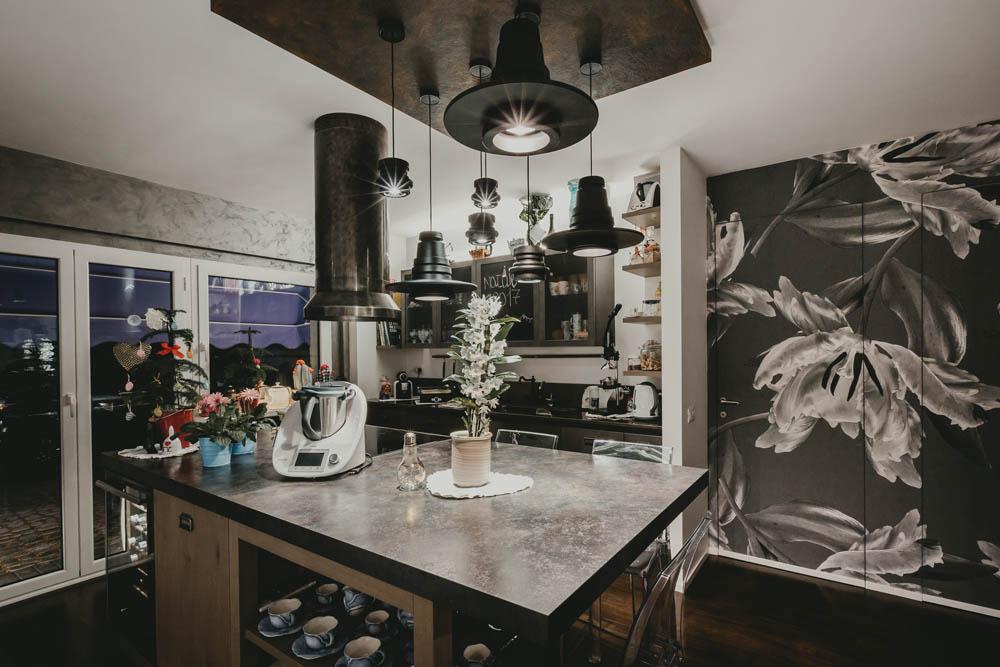 cucina con isola centrale stile industriale