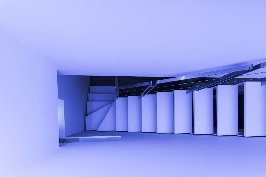 scala interna con corrimano in acciaio