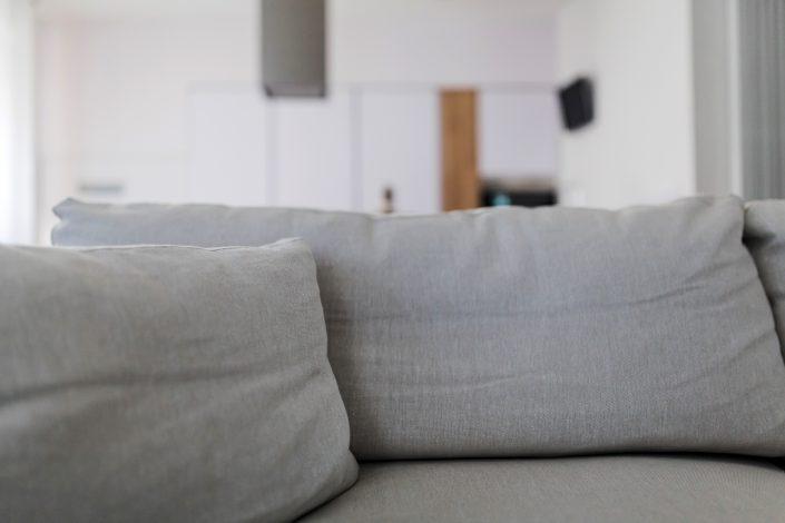 divano moderno grigio chiaro