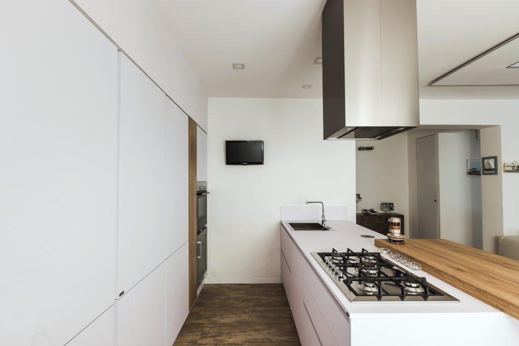 cucina lineare con isola a muro