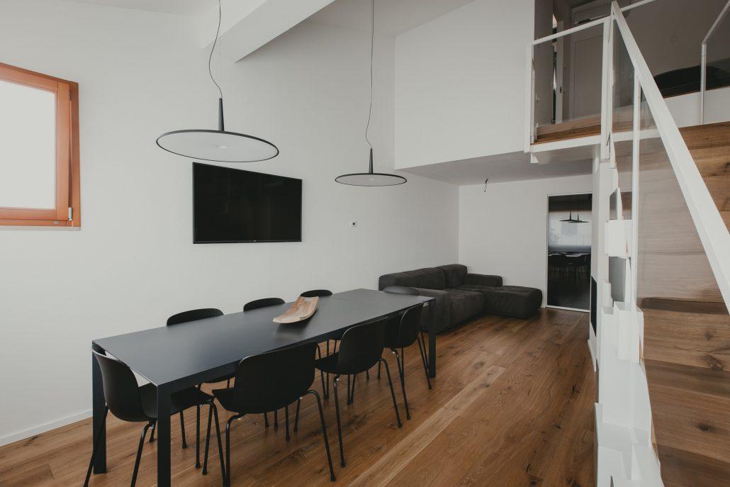 interni casa bianco nero e legno