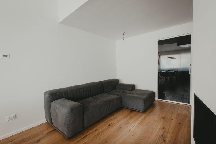 divano moderno con schienale basso