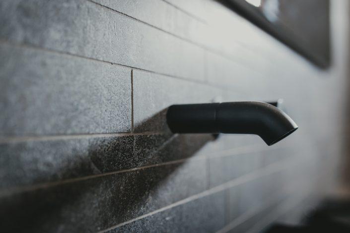 rubinetto a muro stile industriale
