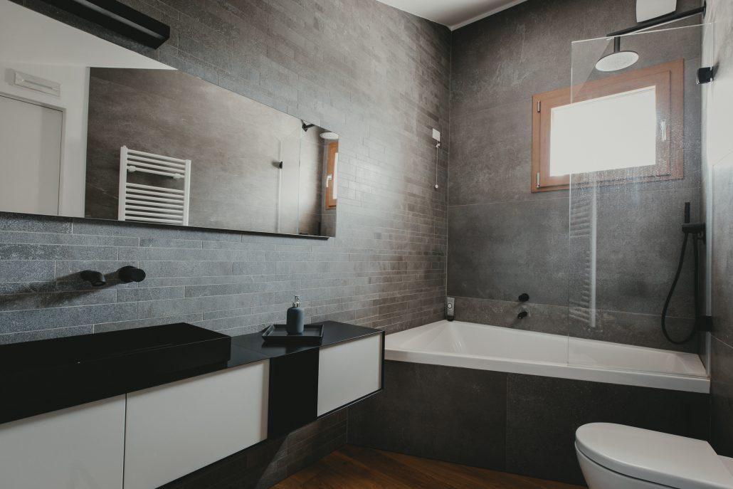 piastrelle parete bagno grigio scuro