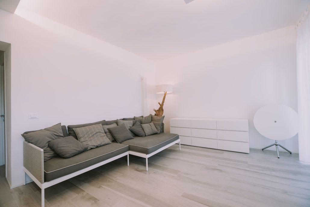 divano moderno con piedini alti