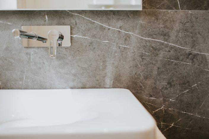 rivestimenti bagno marmo grigio
