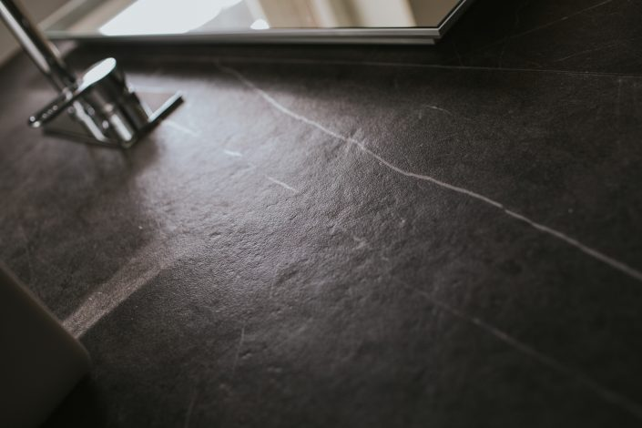 piastrelle bagno marmo grigio