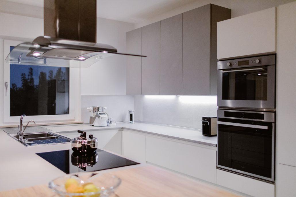 cucina moderna bianca a u