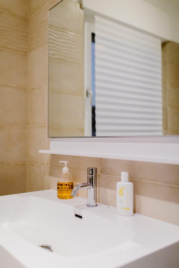 specchio da bagno con mensola