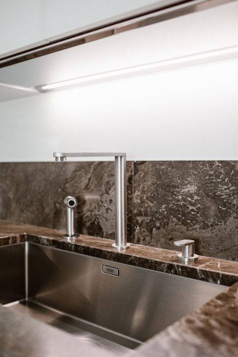 lavandino design su piano in marmo
