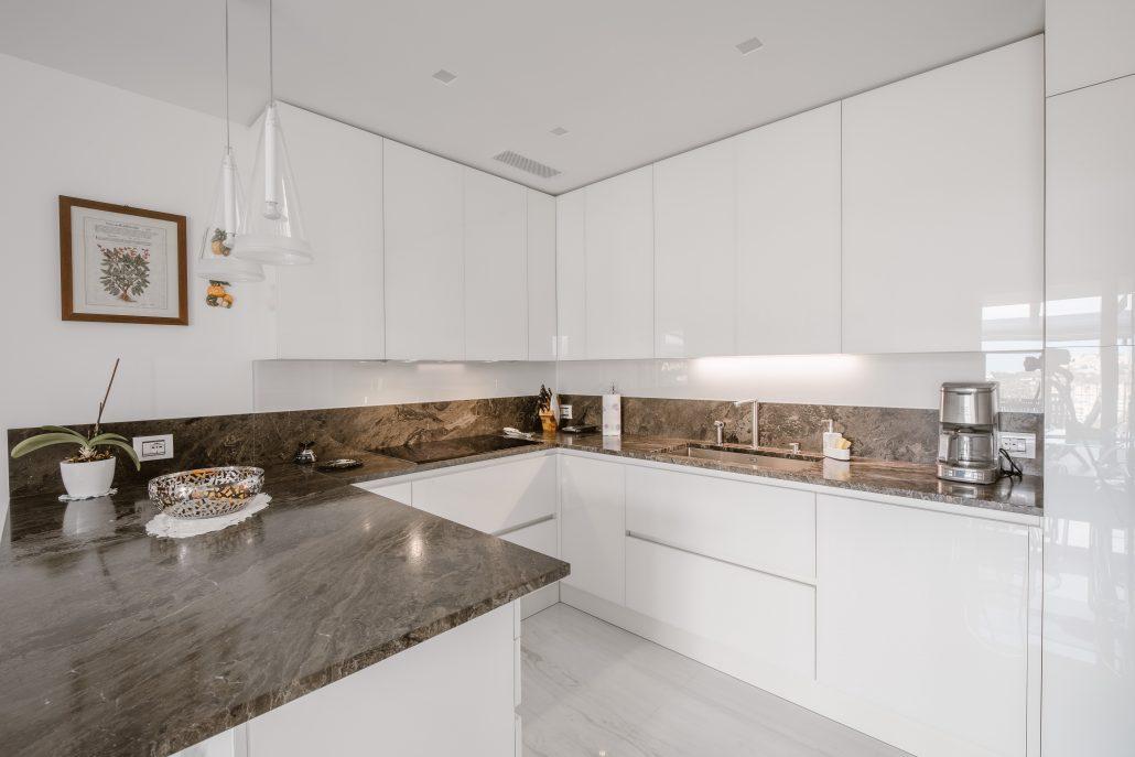 cucina bianca con piano in marmo