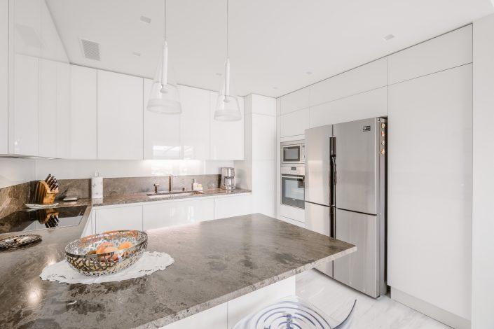 cucina laminato bianco lucido e marmo