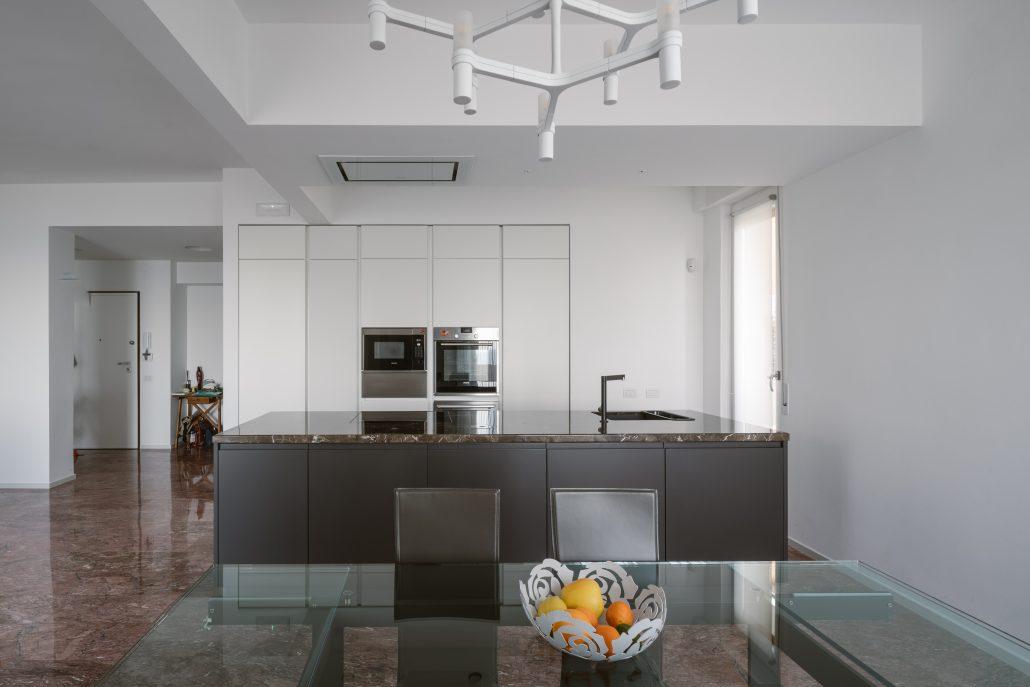 progettare cucina lineare con isola