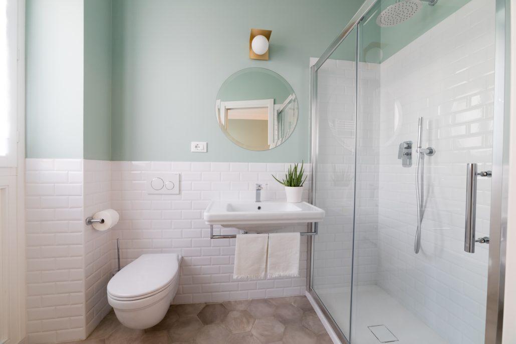 parete bagno piastrelle bianche