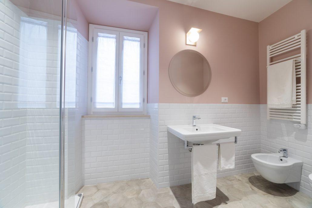 bagno moderno bianco e rosa