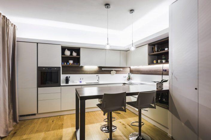 cucina ad angolo con tavolo