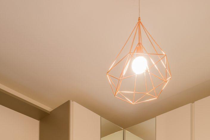 lampada a sospensione in metallo colorato