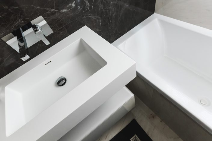 arredo bagno bianco e marmo