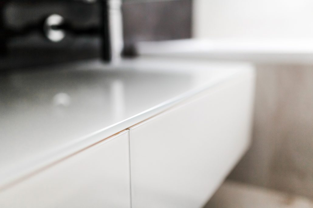 mobile bagno bianco sospeso