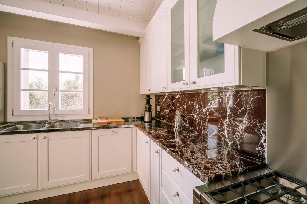 cucina legno bianco e marmo rosso