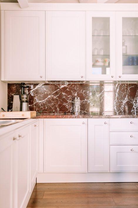 arredo cucina bianco e marmo rosso