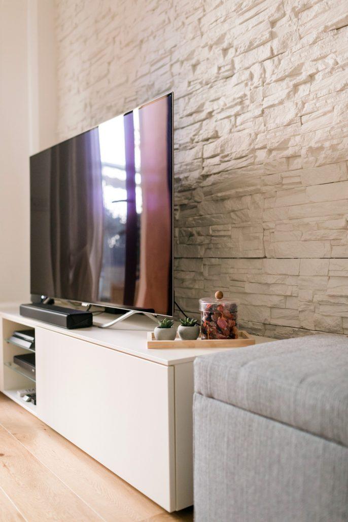 parete soggiorno pietra bianca