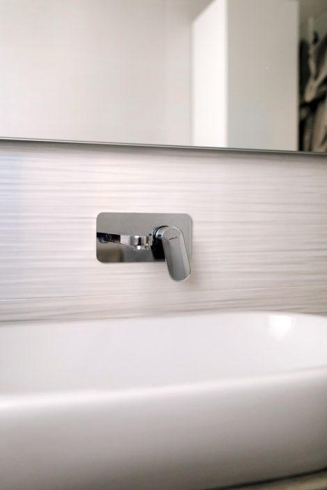 rubinetto cromato a muro bagno