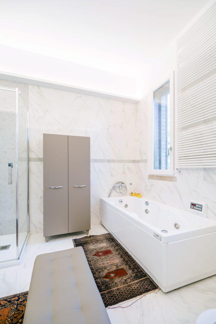 arredamento grigio bagno elegante