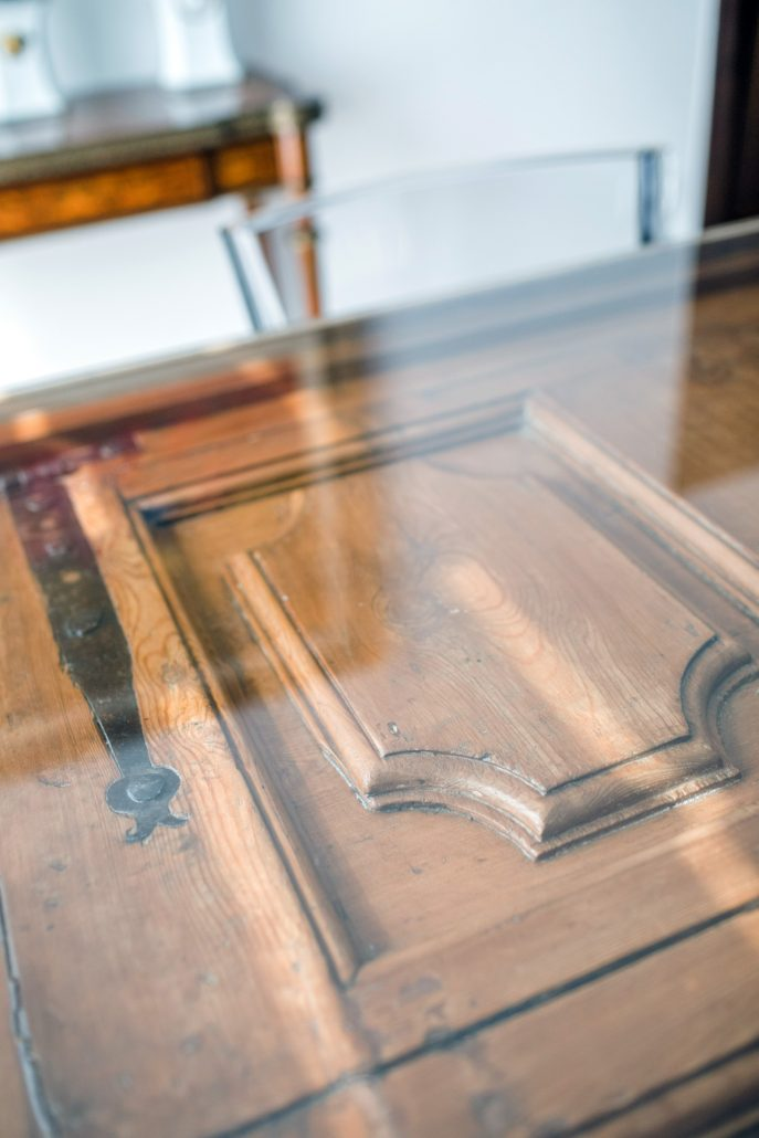 tavoli fatti con porte antiche