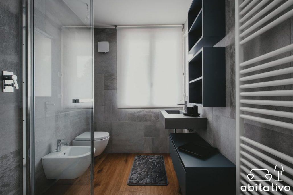 bagno pareti grigie