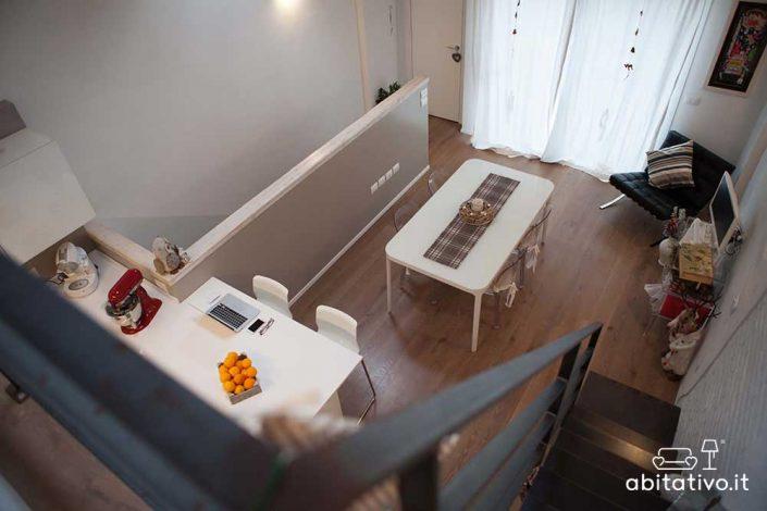 arredare zona living open space soppalcato