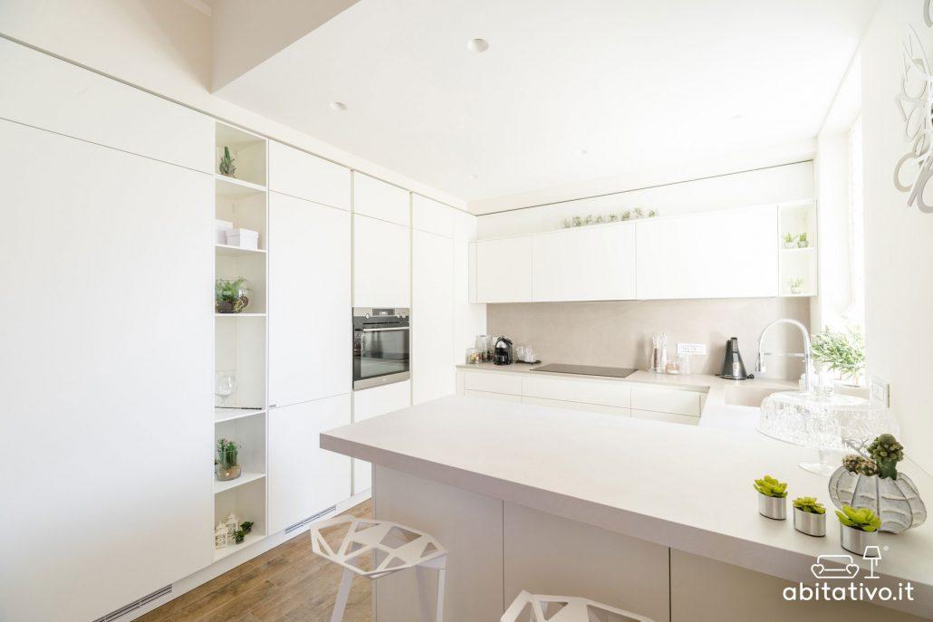 cucina moderna con isola a muro