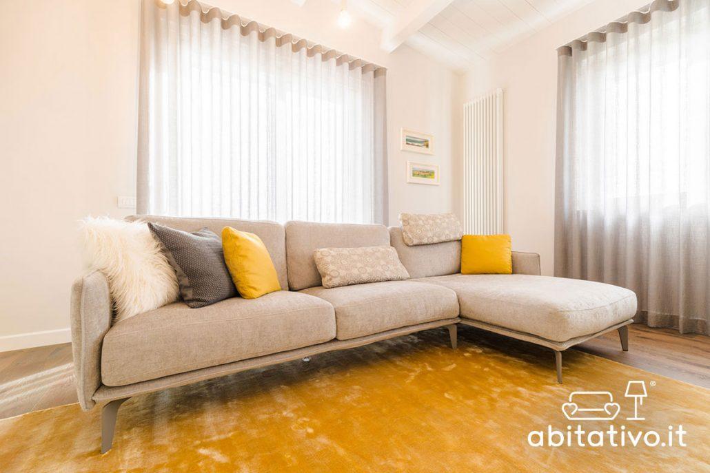 arredamento soggiorno grigio e giallo