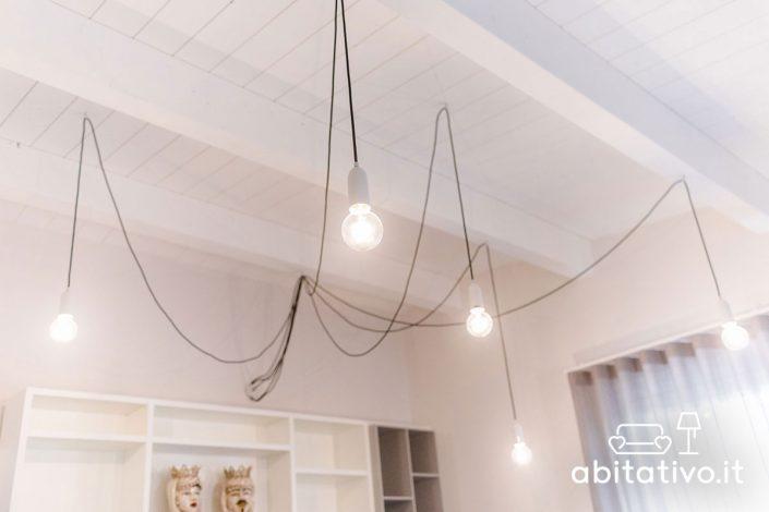 lampadario a sospensione con cavi a vista
