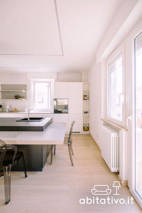 cucina con isola e tavolo integrato
