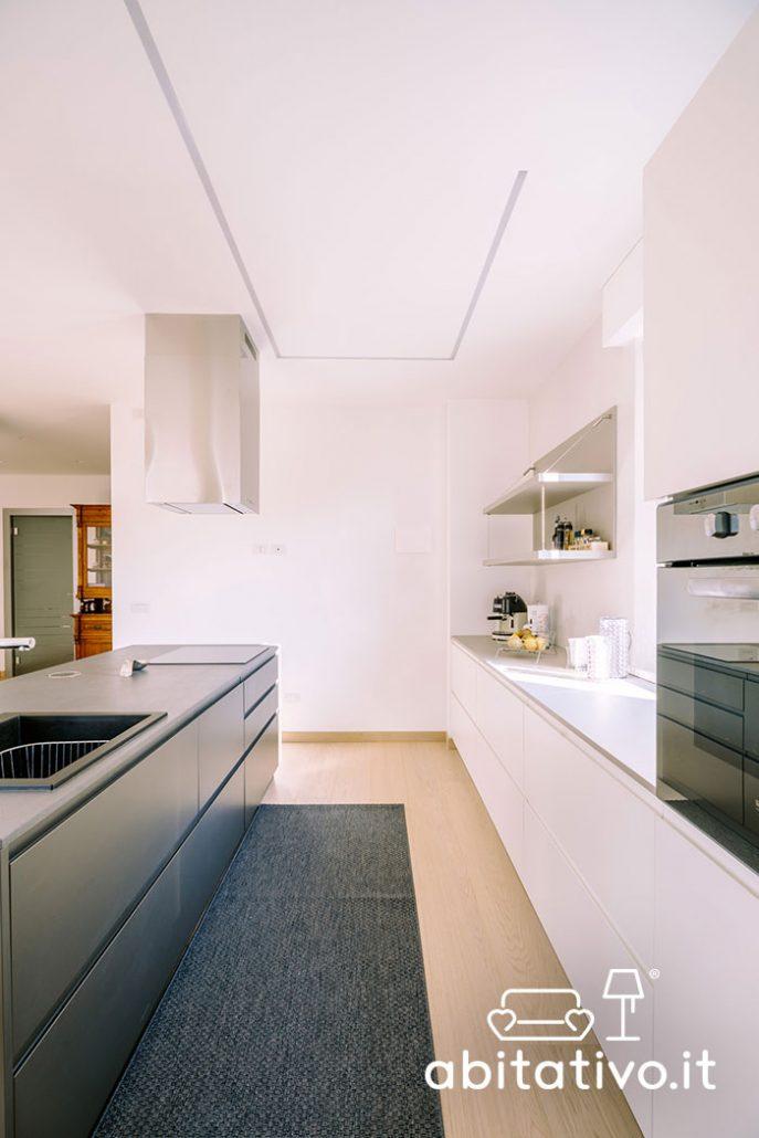 cucina moderna lineare con isola