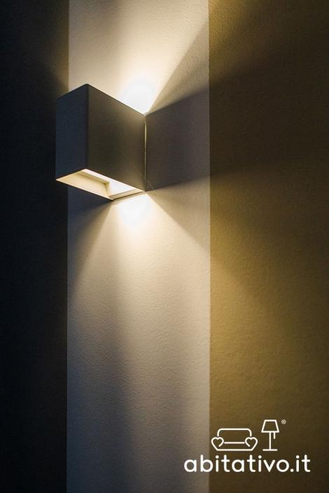 applique moderna luce sopra e sotto