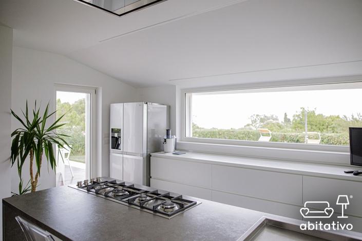 cucina con finestra a nastro