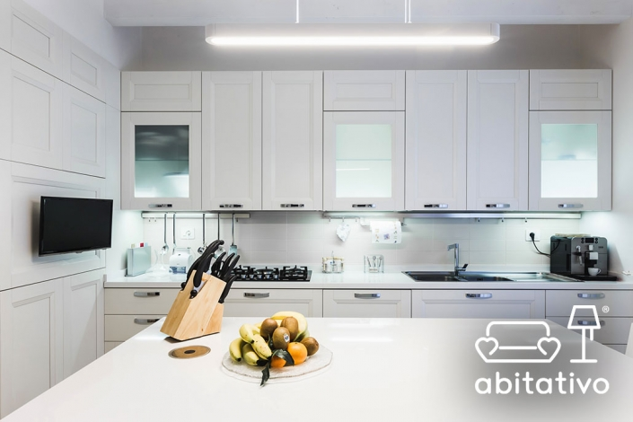 cucina moderna con ante in legno e vetro