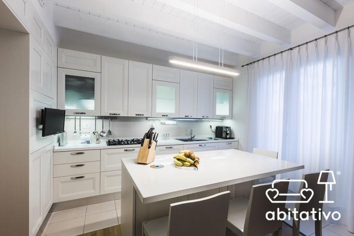 cucina bianca elegante con isola