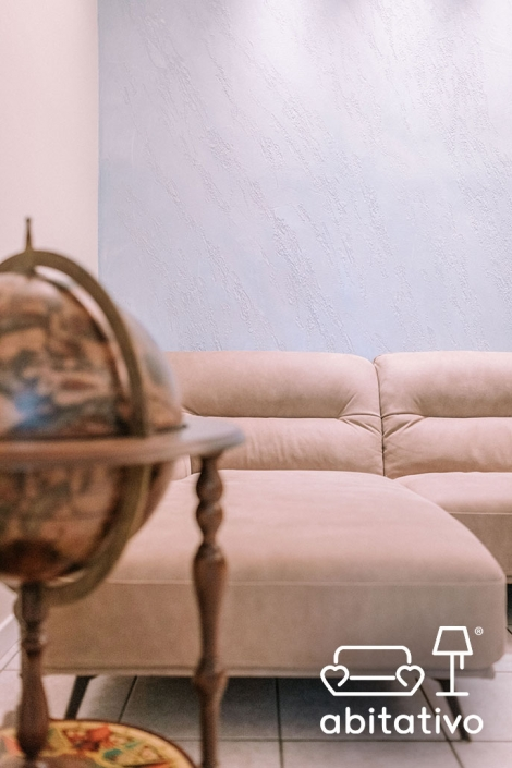 divano in pelle chiaro