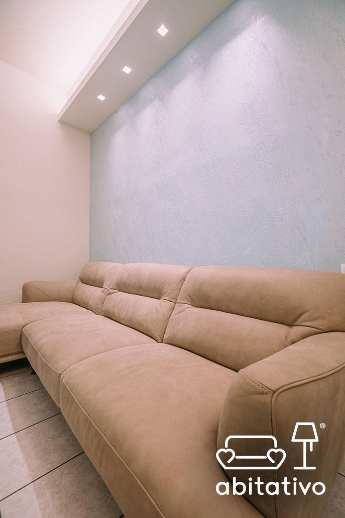 divano con chaise longue in pelle