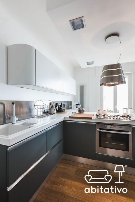 arredo cucina bianco blu e acciaio