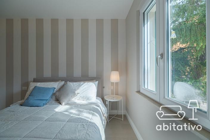 disposizione letto stanza con finestra