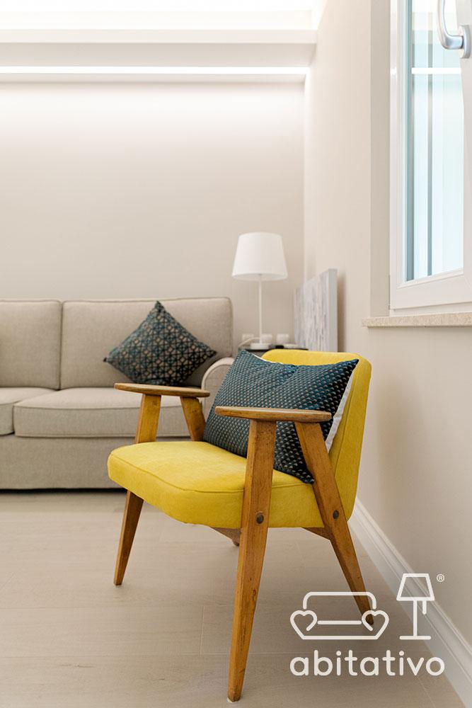 poltroncina colorata salotto