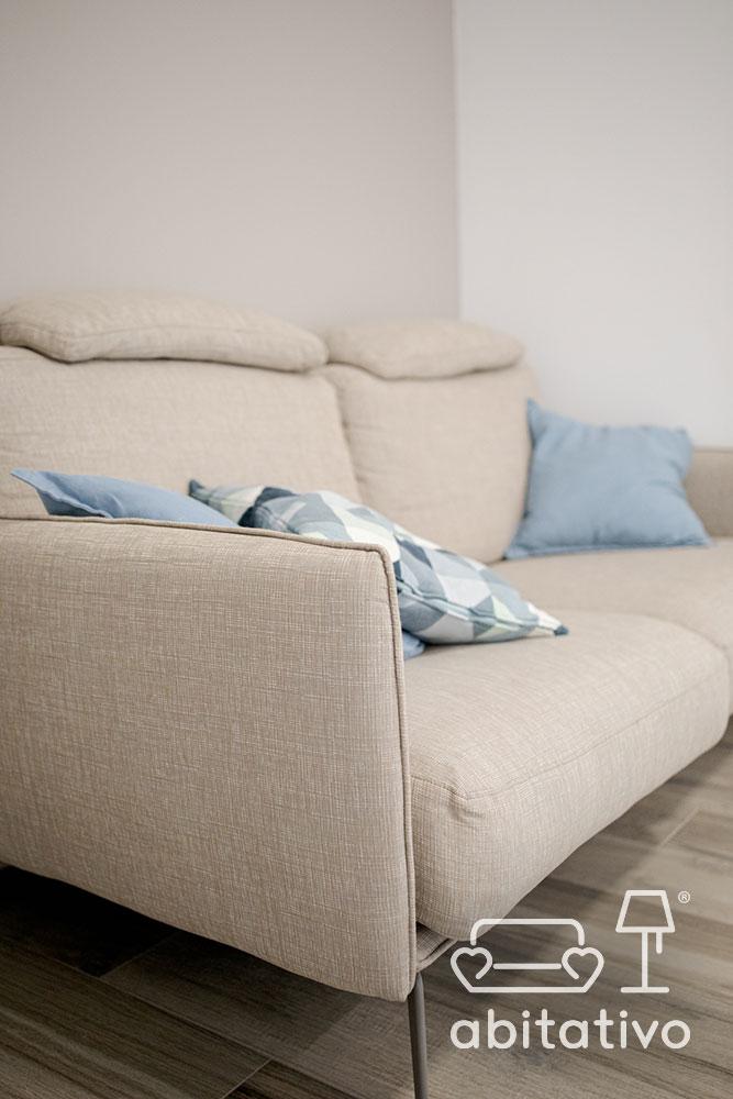 divano due posti con piedini