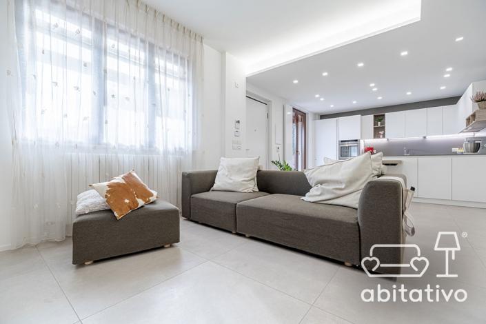 divano moderno con pouf