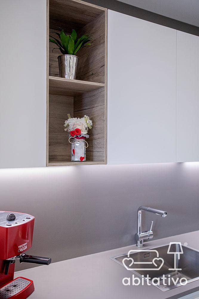 dettaglio mensole mobile cucina