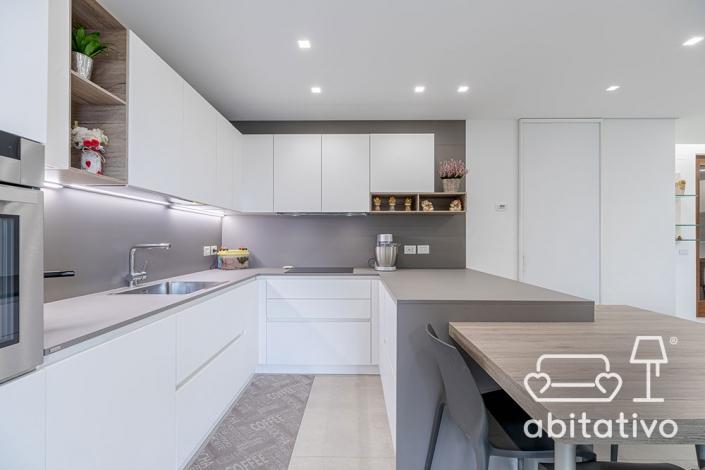 cucina moderna a u con tavolo e sedie