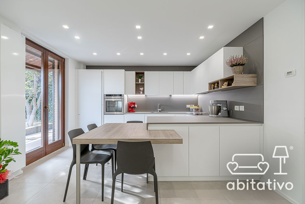 cucina bianca con piano toni tortora